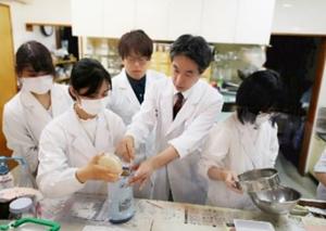 新潟 漢方薬局での自家調剤実習の様子